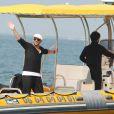Le chanteur est arrivé et reparti par la mer, saluant les participants depuis son bateau