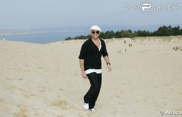 Pascal Obispo a pris la pose au sommet de la dune du Pilat, fragile monument naturel du bassin d'Arcachon qu'il aime tant, à l'occasion du grand rassemblement en faveur de l'environnement mercredi 22 avril