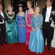 Réception à La Haye, à l'initiative des Suédois : (de g. à dte) Carl XVI Gustav de Suède, la reine Beatrix des Pays-Bas, la reine Silvia de Suède, la princesse Maxima, la princesse Margriet, le prince Willem-Alexander