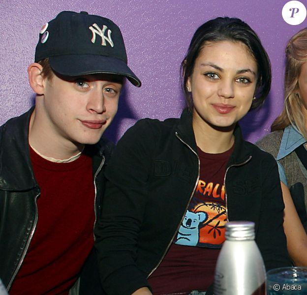 """Macaulay Culkin et Mila Kunis avec Chloe Sevigny lors d'une soirée organisée après la projection du film """"The Cooler"""" à Park City en janvier 2003."""