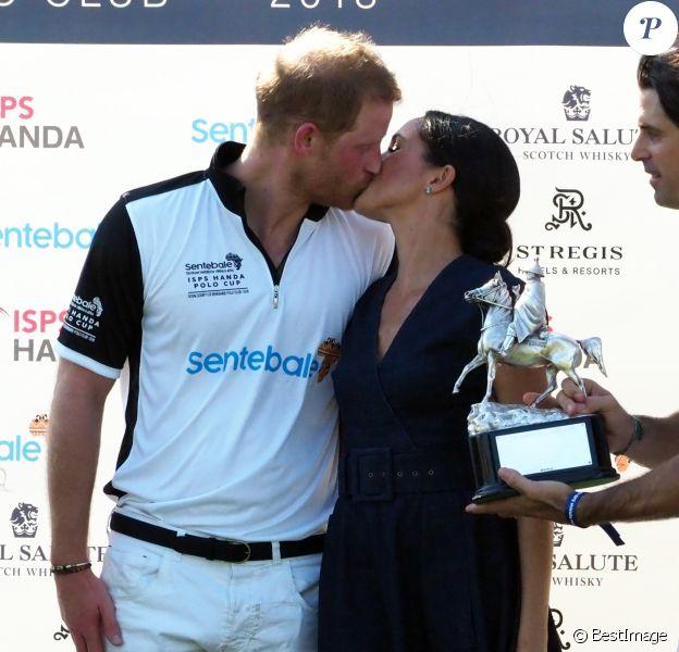 Le prince Harry, duc de Sussex, et Meghan Markle, duchesse de Sussex s'embrassent après la victoire de l'équipe du Duc à la coupe de polo ISP Hanes de Sentebale au Royal Berkshire Polo Club à Windsor au Royaume-Uni, le 26 juillet 2018.