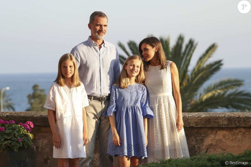 Le roi Felipe VI, la reine Letizia et leurs filles la princesse Leonor des Asturies (robe bleue) et l'infante Sofia ont rencontré les médias le 29 juillet 2018 au palais royal de la Almudaina à Palma de Majorque lors de leur traditionnel rendez-vous à l'occasion du début de leurs vacances d'été.