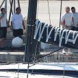 Le roi Felipe VI d'Espagne arrive à bord de son bateau Aifos lors de ses vacances à Majorque le 29 juillet 2018