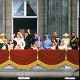 Le prince Andrew et Sarah Ferguson au balcon du palais de Buckingham avec la famille royale lors de leur mariage le 21 juillet 1986