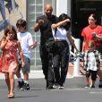 """Exclusif - Kourtney Kardashian emmène ses enfants Mason, Penelope et Reign, déjeuner chez """"Fred Segal"""" à Los Angeles, le 4 août 2018."""