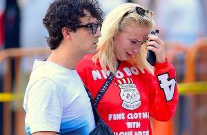 Sophie Turner fond en larmes dans les bras de son fiancé Joe Jonas...