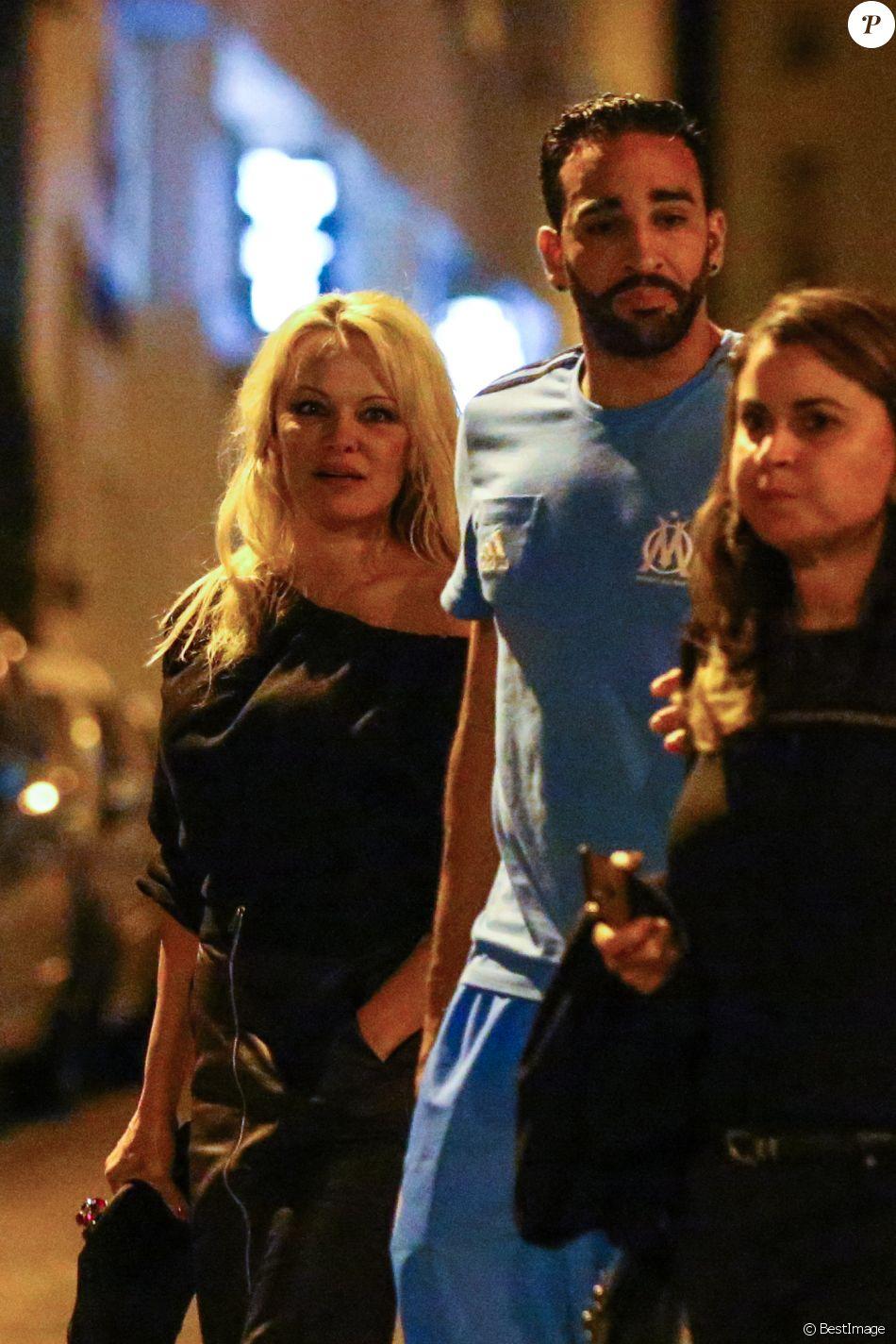 """Exclusif - Pamela Anderson et son nouveau compagnon le footballeur français Adil Rami vont dîner en amoureux au restaurant """"la Villa"""" après la victoire de l'OM contre Toulouse (2-0) , Marseille le 24 septembre 2017."""