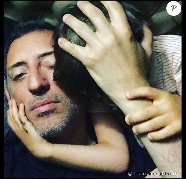 Gad Elmaleh et son fils Raphaël, à Monaco, le 16 août 2018