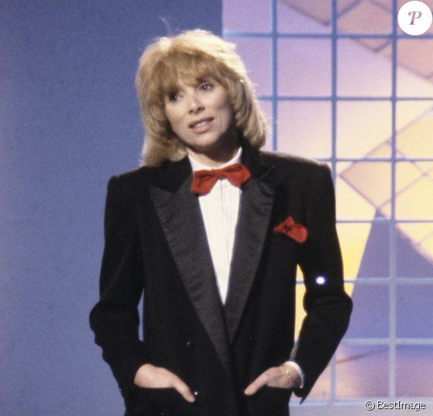 """Mireille Darc sur le plateau de l'émission """"Formule 1"""" le 2 octobre 1984"""