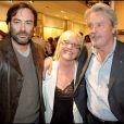 Anthony et Alain Delon entourent Dominique Todt, directrice des RP de Tod's Farnce, à la soirée donnée le 28 avril 2009, rue du Faubourg St Honoré.