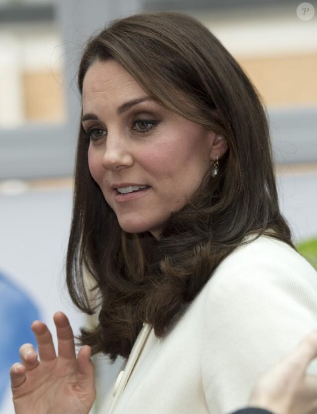 Kate Catherine Middleton (enceinte), duchesse de Cambridge, en visite à l'école primaire Pegasus à Oxford. Le 6 mars 2018.