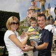 Thomas Voeckler et sa femme Julie à Disneyland Paris avec leurs enfants Mahé et Lila, tout bébé, le 25 juillet 2011 après la fin du Tour de France.