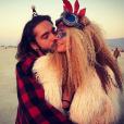 Heidi Klum et Tom Kaulitz se câlinant au Festival Burning Man le 3 septembre 2018