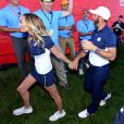 Paulina Gretzky et Dustin Johnson lors de la 41e Ryder Cup au Hazeltine National Golf Club le 2 octobre 2016.