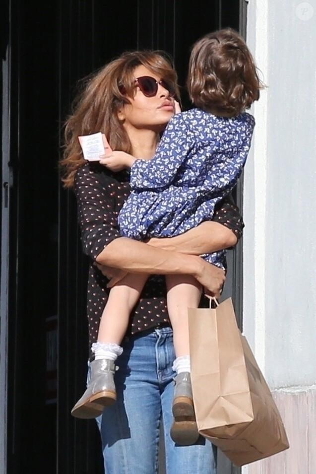 Exclusif - Eva Mendes se promène avec sa fille Esmeralda dans les rues de Hollywood. Le 29 décembre 2017.