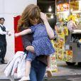 Semi Exclusif - Eva Mendes se promène avec sa fille Esmeralda Amada Gosling dans les bras sur Madison Avenue à New York, le 26 septembre 2017.