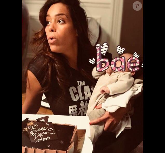Amel Bent publie la première photo de sa fille Hana sur Instagram le 17 décembre 2017.