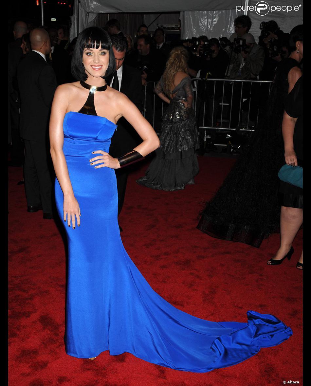 Katy perry dans une robe bleu lectrique futuriste pour - Les couleurs qui vont avec le rose ...