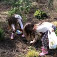 Mila et Lily, les filles de Marc-Olivier Fogiel et François Roelants, en pleine chasse aux oeufs de Pâques, le 1er avril 2018.