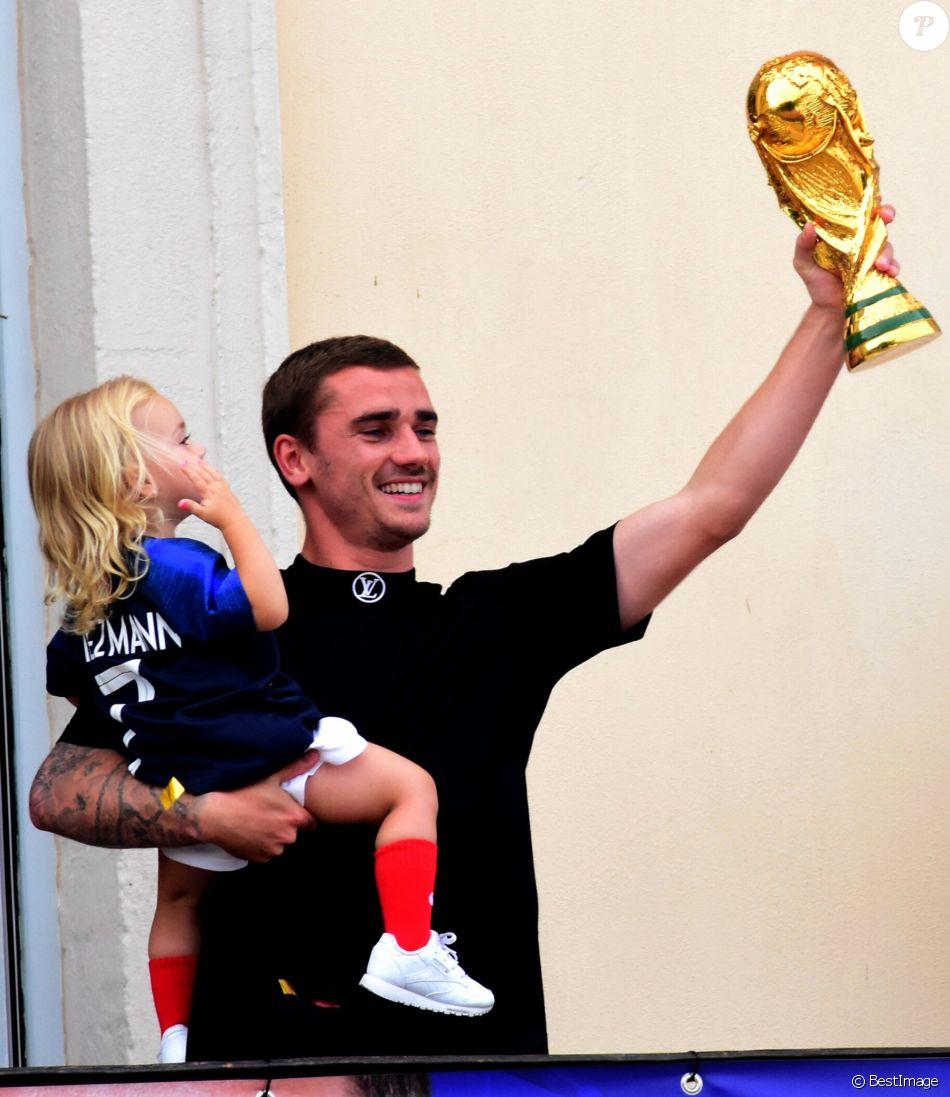 Antoine Griezmann Avec Le Troph U00e9e De La Coupe Du Monde De