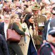 Le prince Harry, duc de Sussex, et Meghan Markle, enceinte, duchesse de Sussex, vont à la rencontre de la foule venue les accueillir, lors de la visite des jardins botaniques de Melbourne, le 18 octobre 2018.