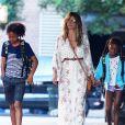 Heidi Klum se dirige vers le bus scolaire avec ses enfants Lou et Johan Samuel à New York, le 28 juin 2018.
