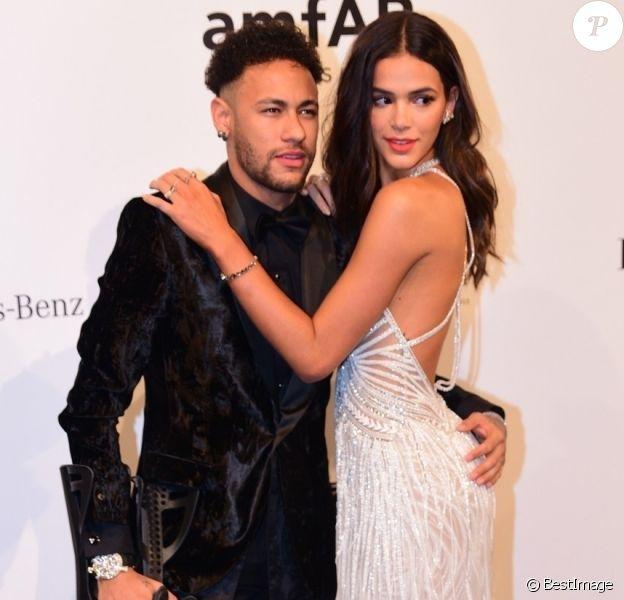Neymar Jr et sa compagne Bruna Marquezine - Les célébrités posent lors de la soirée amfAR à Sao Paulo le 13 avril 2018.