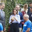 """Le roi Felipe VI et la reine Letizia d'Espagne visitent le village de Moal, élu """"plus beau village Asturien"""", le 20 octobre 2018. © Jack Abuin via Zuma Press/Bestimage"""