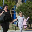 Exclusif - Melissa McCarthy, (elle porte des Birkenstock) et ses 2 filles Vivian et Georgette se promènent à Los Angeles le 12 octobre 2018