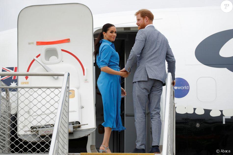 La duchesse Meghan de Sussex, enceinte, et le prince Harry lors de leur départ des îles Tonga le 26 octobre 2018, de l'aéroport international Fua'amotu.