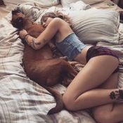 Paris Jackson : Topless au lit, inséparable de son chien