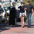 Exclusif - Anna Faris se balade main dans la main avec son compagnon Michael Barrett à Los Angeles. Le petit Jack fait de la trottinette à leurs côtés. Le 27 octobre 2018