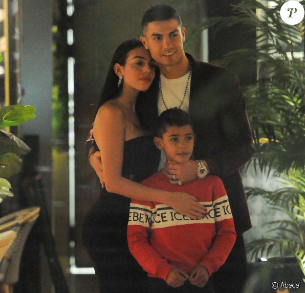Cristiano Ronaldo, sa compagne Georgina Rodríguez et son fils Cristiano Ronaldo Jr. au restaurant Zela à Londres le 13 novembre 2018.