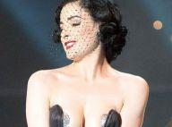 Dita Von Teese, prête à jouer de ses charmes pour... flinguer l'Eurovision ! Regardez : elle a déjà commencé à se déshabiller !