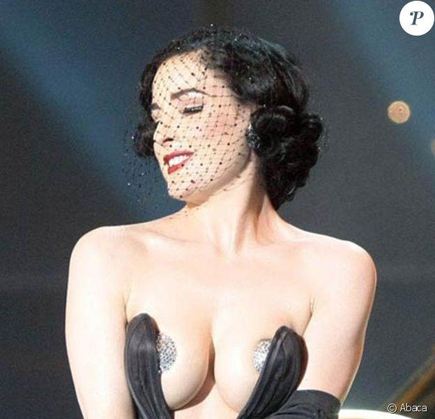 Dita Von Teese sur scène lors des ultimes répétitions avec le duo représentant l'Allemagne à l'Eurovision