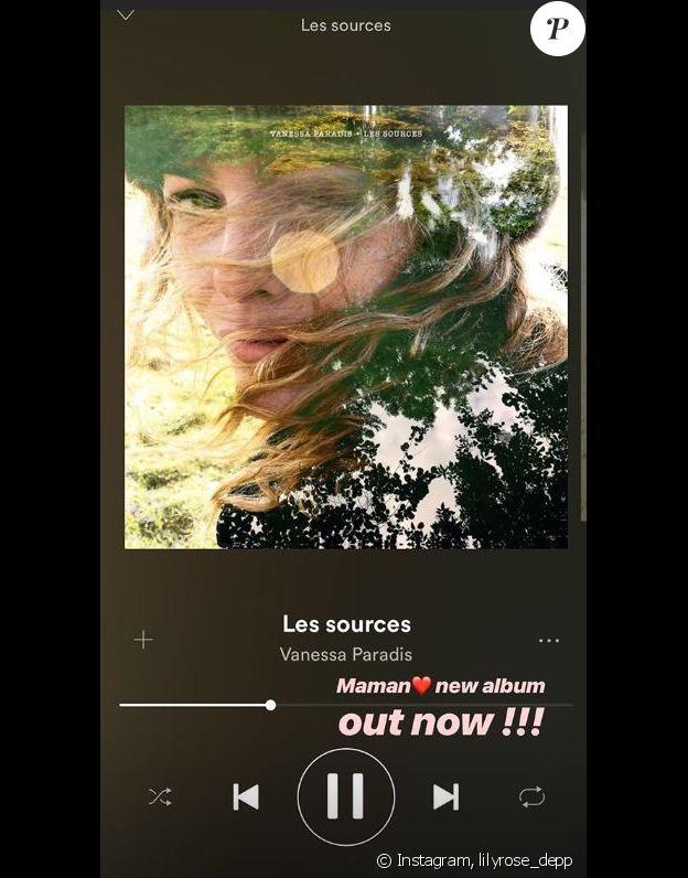 """Lily-Rose Depp apporte son soutien à sa maman le 17 novembre 2018, au lendemain de la sortie de son nouvel album """"Les sources""""."""