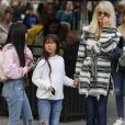 Exclusif - Malgré les incendies qui se rapprochent de sa maison, Laeticia Hallyday emmène ses filles, Jade et Joy, faire du shopping à Santa Monica le 10 novembre 2018.