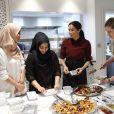 La duchesse Meghan de Sussex (Meghan Markle), enceinte et habillée d'une robe Club Monaco (et d'un tablier), a rencontré à nouveau les femmes de la Hubb Community Kitchen et cuisiné avec elles le 21 novembre 2018 au centre culturel Al Manaar dans North Kensington à Londres.