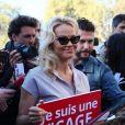 L'actrice américaine Pamela Anderson (Danse avec les Stars 2018) se fait enfermer lors d'un happening contre les élevages en cage sur la place de la République à Paris, France, le 10 octobre 2018. © Sébastien Valiela/Bestimage