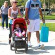 Exclusif - Kendra Wilkinson, son mari Hank Baskett et leur fille Alijah se promènent dans un parc à Malibu, le 21 mars 2015.