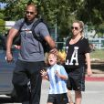 Kendra Wilkinson et son mari Hank Baskett avec leur fils Hank lors de son match de football à Woodland Hills, le 30 mars 2014.