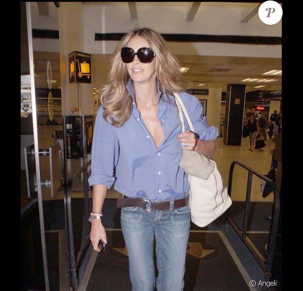 Elle Macpherson à l'aéroport de Miami. Parfaite avec son jean et sa chemise d'homme le 21/05/09