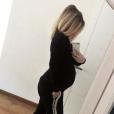 Emilie Fiorelli, enceinte de sept mois, dévoile son baby bump en marge d'un moment de détente.
