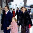 La princesse héritière Victoria et le prince Daniel de Suède arrivant avec leur fille la princesse Estelle au théâtre Oscar à Stockholm le 18 décembre 2018 pour la célébration du 75e anniversaire de la reine Silvia.