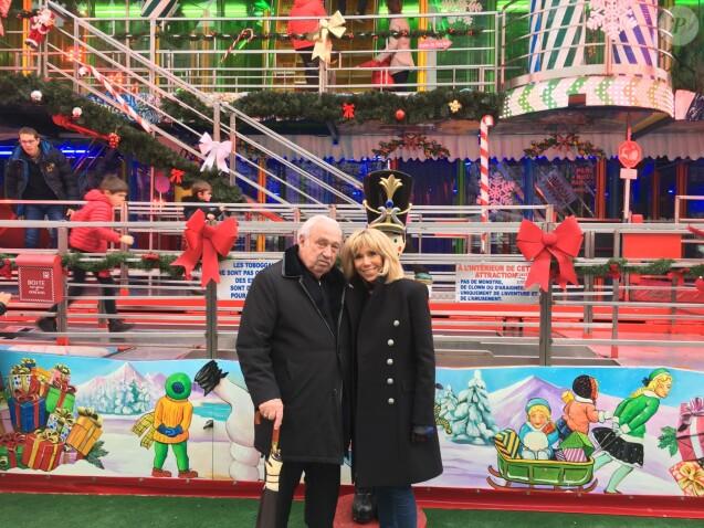 Brigitte Macron posant avec Marcel Campion lors d'une visite privée avec ses sept petits-enfants au marché de Noël des Tuileries à Paris le 23 décembre 2018.