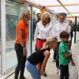 Brigitte Macron au refuge SPA d'Hermeray le 3 août 2017 avec deux de ses petits-enfants, Thomas et Emma. © Sébastien Valiela / Bestimage