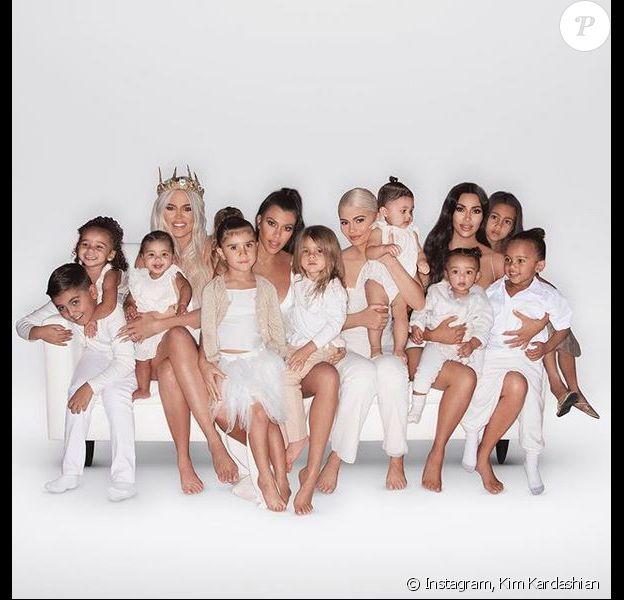 Khloé Kardashian, sa fille True, la fille de Rob Kardashian, Dream, Kourtney Kardashian et ses enfants Mason, Penelope et Reign, Kylie Jenner, sa fille Stormi, Kim Kardashian et ses enfants North, Saint et Chicago figurent sur la carte de Noël de la famille Kardashian. Photo par @pierresnaps.