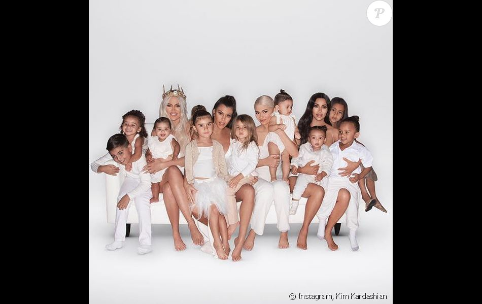 Khloé Kardashian, sa fille True, la fille de Rob Kardashian, Dream, Kourtney Kardashian et ses enfants Mason, Penelope et Reign, Kylie Jenner, sa fille Stormi, Kim Kardashian et ses enfants North, Saint et Chicago figurent sur la carte de Noël de la famille Kardashian. Photo par @pierresnaps.