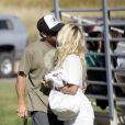 Pamela Anderson et son boyfriend au parc à Malibu s'embrassent et s'enlassent sans pudeur devant de jeunes enfants, et devant son propre fils.
