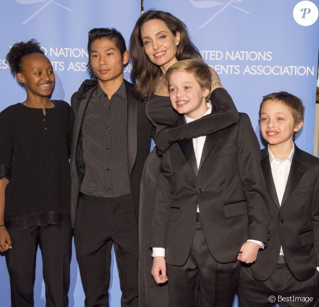 """Shiloh, Pax, Vivienne et Zahara - Angelina Jolie a reçu le prix """"UNCA (United Nations Correspondents Association) Global Citizen of the Year Award 2017"""" à l'ONU, New York le 15 decembre 2017."""